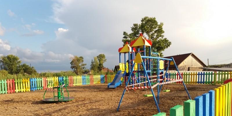 Четыре детские площадки установили в селах и поселках Кузбасса по госпрограмме